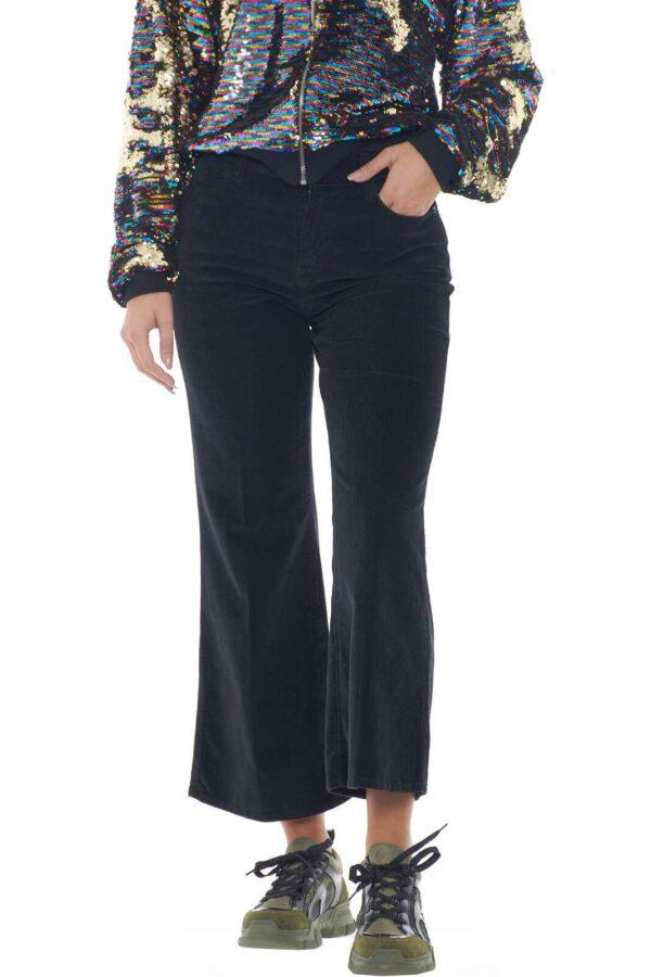 Per outfit che vogliono restare al passo con la moda, True NYC propone un pantalone cropped, chic e moderno, perfetto per look sempre attuali e impeccabili. Le costine in velluto, sono un tocco che regala un'aspetto vintage e insolito, ma che renderà ogni abbinamento incredibilmente fashion.  La modella è alta 1.78m e indossa la taglia 28.
