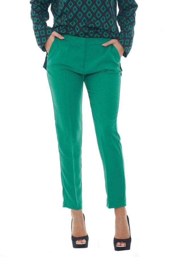 Semplice e colorato, il pantalone firmato Mem Js, perfetto per outfit sgargianti e alla moda. Il taglio al polpaccio, lo rende giovanile, e regalerà all'intero outfit un'aspetto davvero trendy.  La modella è alta 1.78m e indossa la taglia 42.