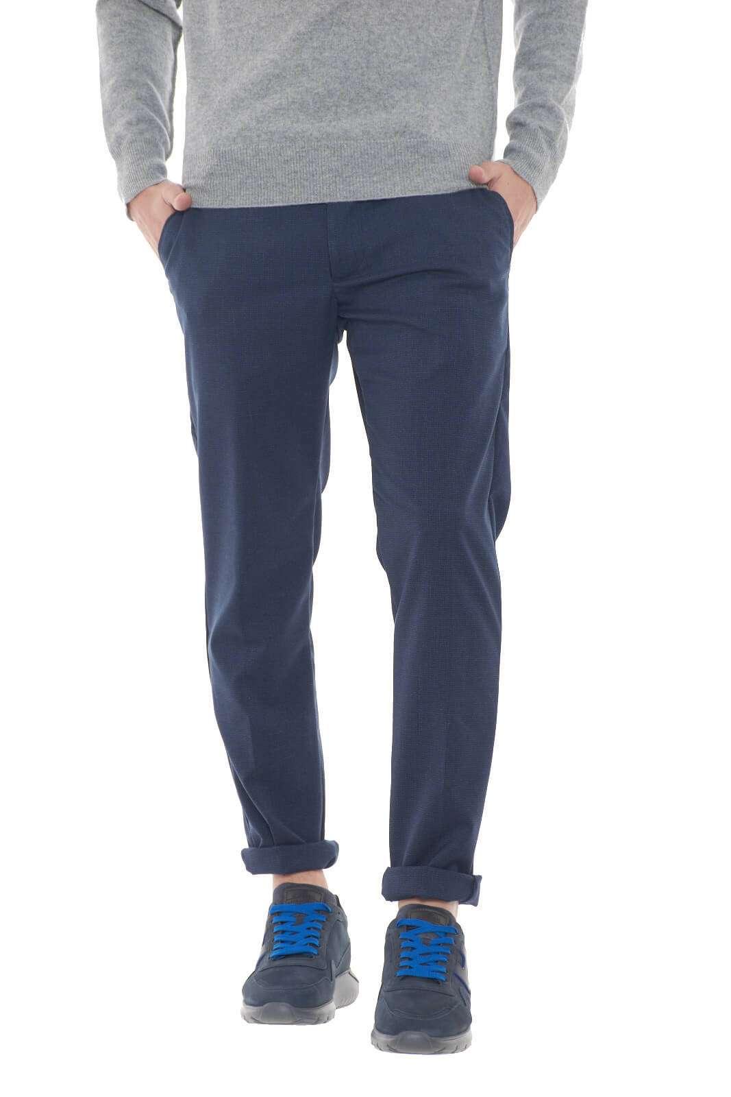 Un pantalone che ti conquisterà con la sua semplicità. Perfetto per look basic, formali ed eleganti, sempre adatti alle evenienze più impostate. Da abbinare a camicie, o dolcevità, per uno stile raffinato e alla moda.  Il modello è alto 1,80m e indossa la taglia 34.