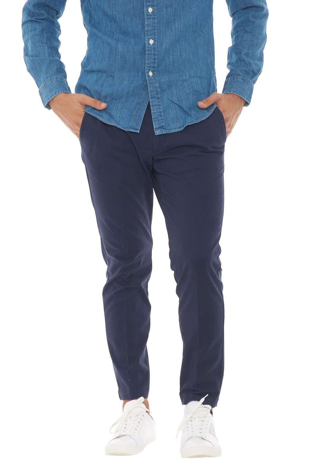Un grande classico il pantalone uomo taglio capri firmato dalla collezione Michel Coal. Il tessuto in caldo cotone è impreziosito da tasche america e a doppio filetto per renderlo fashion e raffinato. Perfetto da abbinare sia a giacche che a maglioni, è un essential per ogni look.