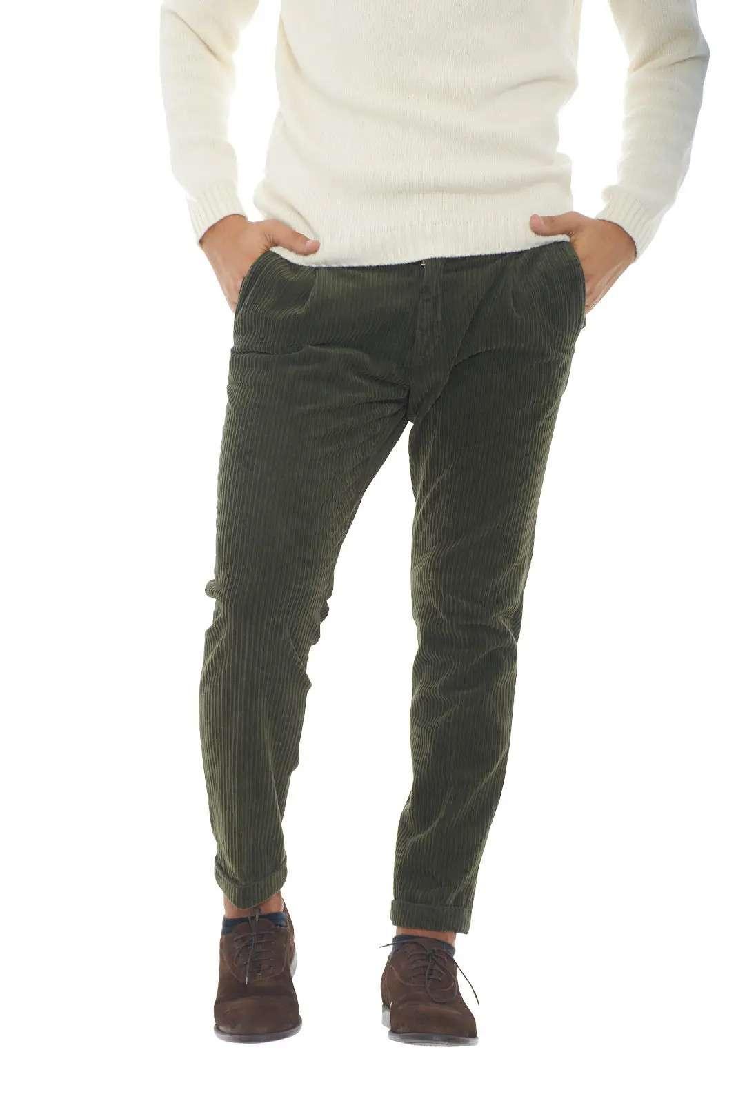 Un pantalone con pinces e dal taglio capri per la collezione uomo Michael Coal. Da indossare per le occasioni più glamour si impone nel panorama della moda casual chic. Le coste di velluto fanno da padrone su un capo maschile e comodo.