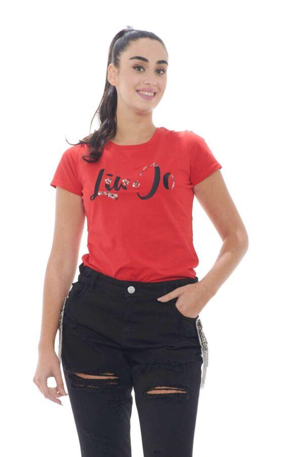 Il capo essential per eccellenza è confermato da Liu Jo Sport come must have di stagione. Il tessuto in cotone è rifinito dal logo parlato ricamato e impreziosito da strass e pietre. Una T shirt perfetta sia con pantaloni sportivi che con una giacca.