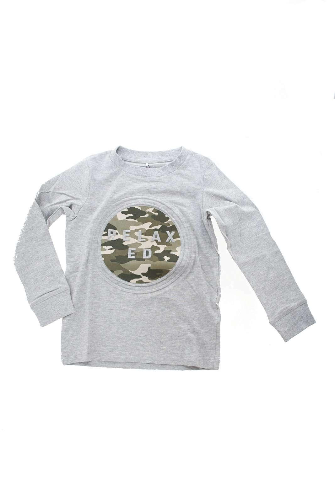 Pratica e quotidiana, la T shirt a maniche lunghe proposta per la collezione bambino Name It conquista ogni stile.  Si impone con l'inserto camouflage sul davanti per rendere questo capo unico e versatile.  Un essential della moda junior.