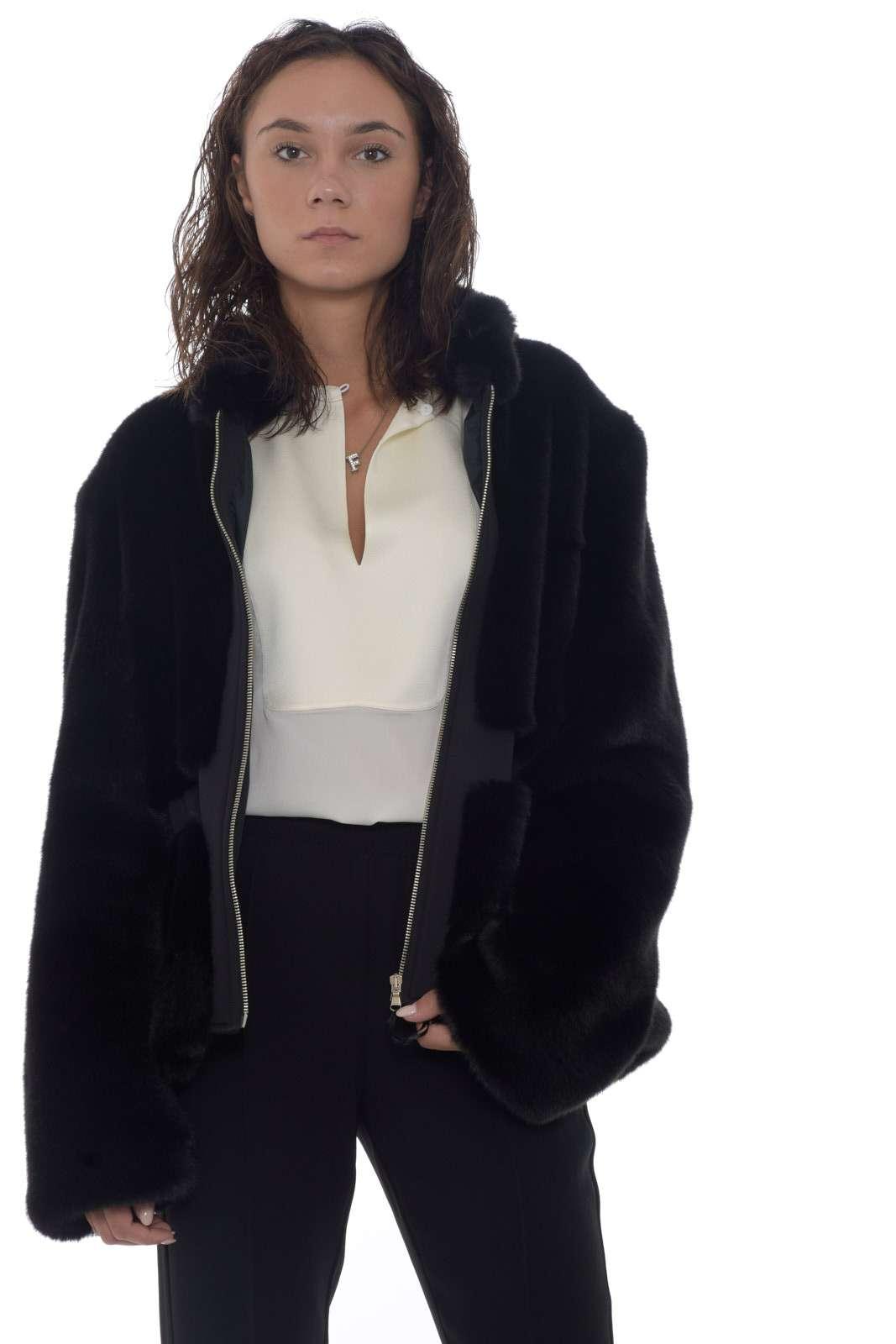 Una giacca in pelliccia ecologica ideale da indossare con ogni look, dal più elegante a quello casual, ti donerà un tocco sofisticato e di classe. Must have e trend di stagione irrinunciabile per creare outfit al passo con le mode.