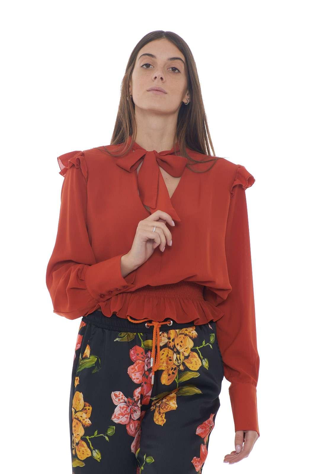 Semplice, formale e femminile la blusa proposta da Annarita N. Perfetta per l'ufficio, e le occasioni eleganti, dove se abbinata ad un pantalone darà vita ad un outfit semplice, e allo stesso tempo distinto. La modella è alta 1.77m e indossa la taglia 42.