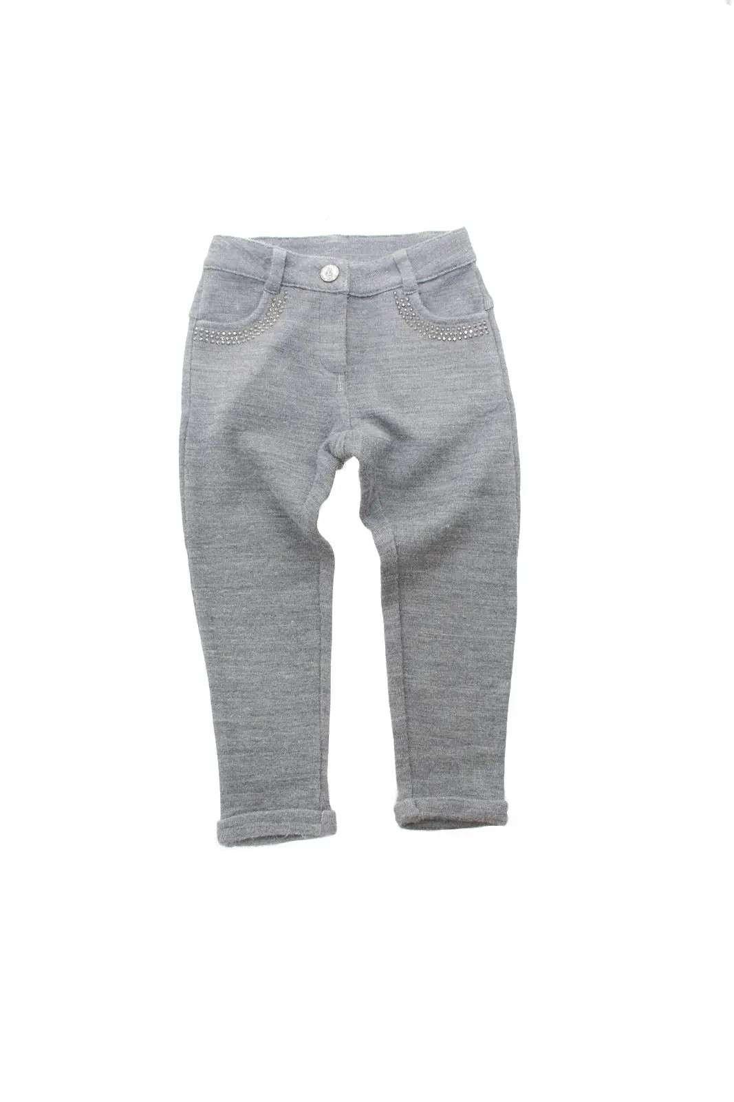 Comodi e raffinati i pantaloni proposti dalla collezione bimba Gaialuna. Il taglio jeans è impreziosito con strass e reso comodo dal tessuto in maglia per rendere perfetti anche i momenti di gioco. Un capo indispensabile della moda delle più piccole.
