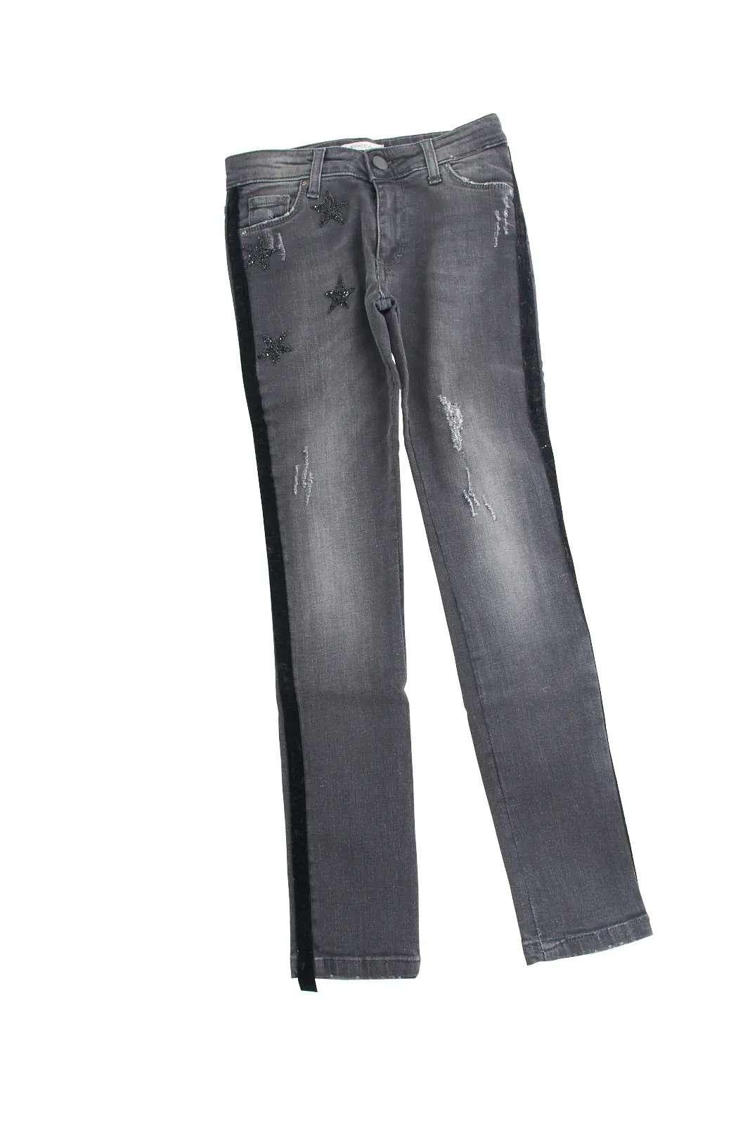 Un jeans dal carattere innovativo quello proposto dalla collezione bambina di Shop Art. Caratterizzato dalle bande laterali in velluto e dalle stelle ricoperte di strass, è perfetto da indossare sia con camicie che con top.