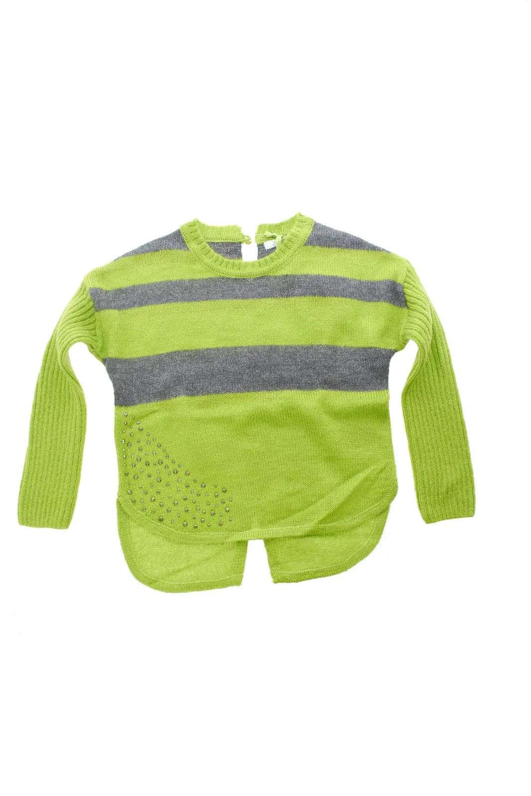 Scopri il nuovo maglione in misto mohair proposto dalla collezione Gaialuna. Una fantasia rigata impreziosita da strass simil borchie a rifinire ogni look. Perfetto sia con jeans che con pantaloni per reinventare ogni look.
