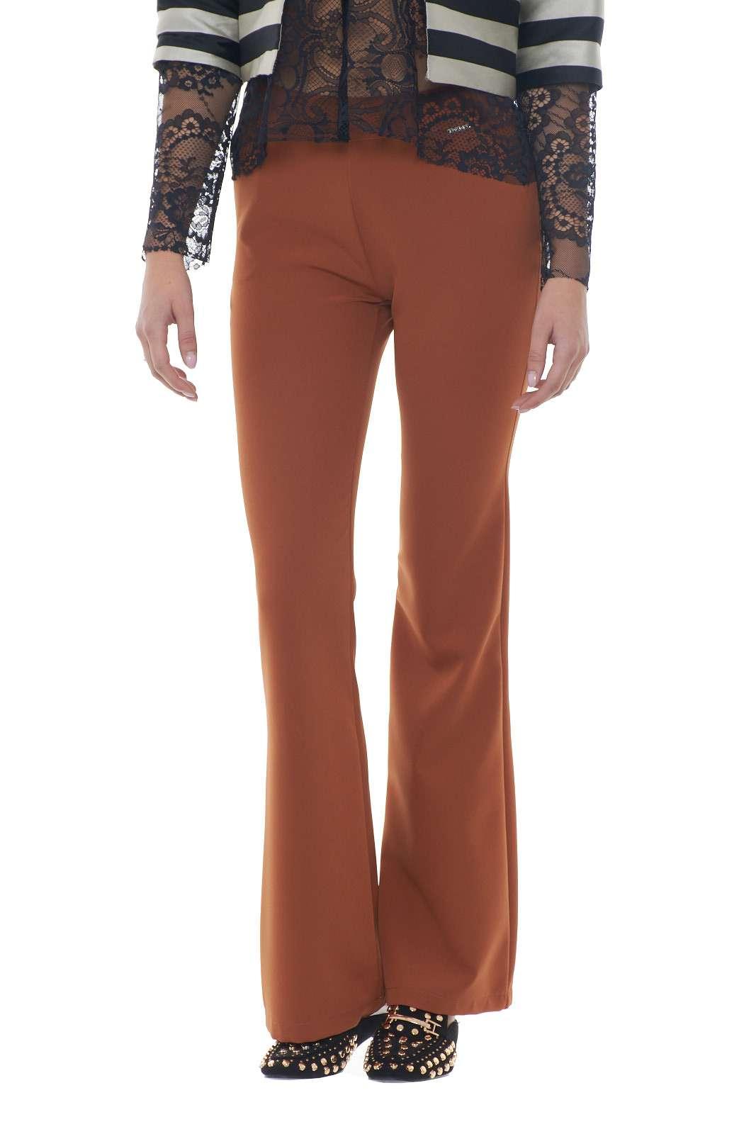 Un look vintage e retrò, che torna prepotentemente di moda, con questi pantaloni a zampa firmati Akè. Perfetti per la donna che ama uno stile formale, classico, che rivisiti gli anni passati, rivisitandoli in chiave moderna. La modella è alta 1.77m e indossa la taglia 40.