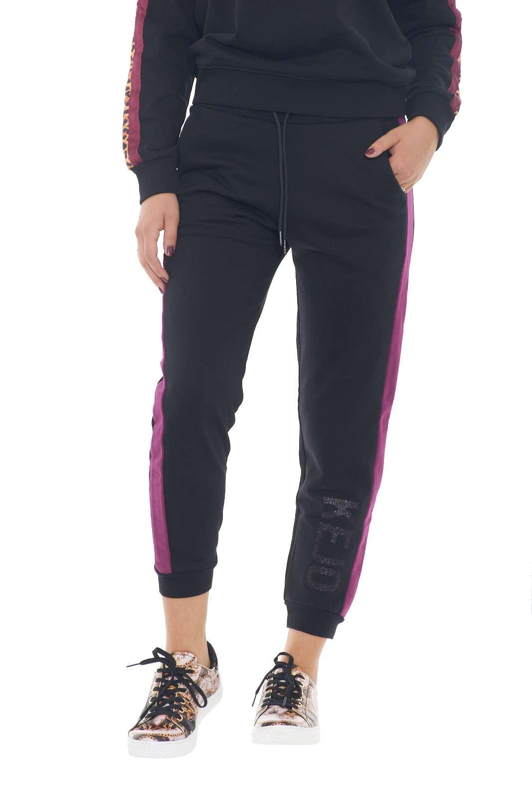 Sportivo e stiloso questo pantalone kejo, perfetto per sfoggiare outfit comodi e pratici, che non rinunciano allo stile. Il giusto compromesso tra sport e casual, racchiuso in un pantalone che con una felpa e una sneaker creerà un look davvero all'avanguardia. La modella è alta 1.78m e indossa la taglia S.