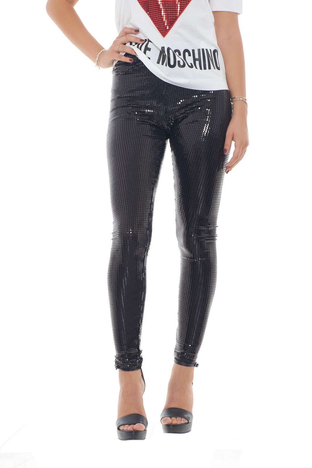 https://www.parmax.com/media/catalog/product/a/i/AI-outlet_parmax-pantaloni-donna-Moschino-W%201%20516%2082%20E%202196-A.jpg