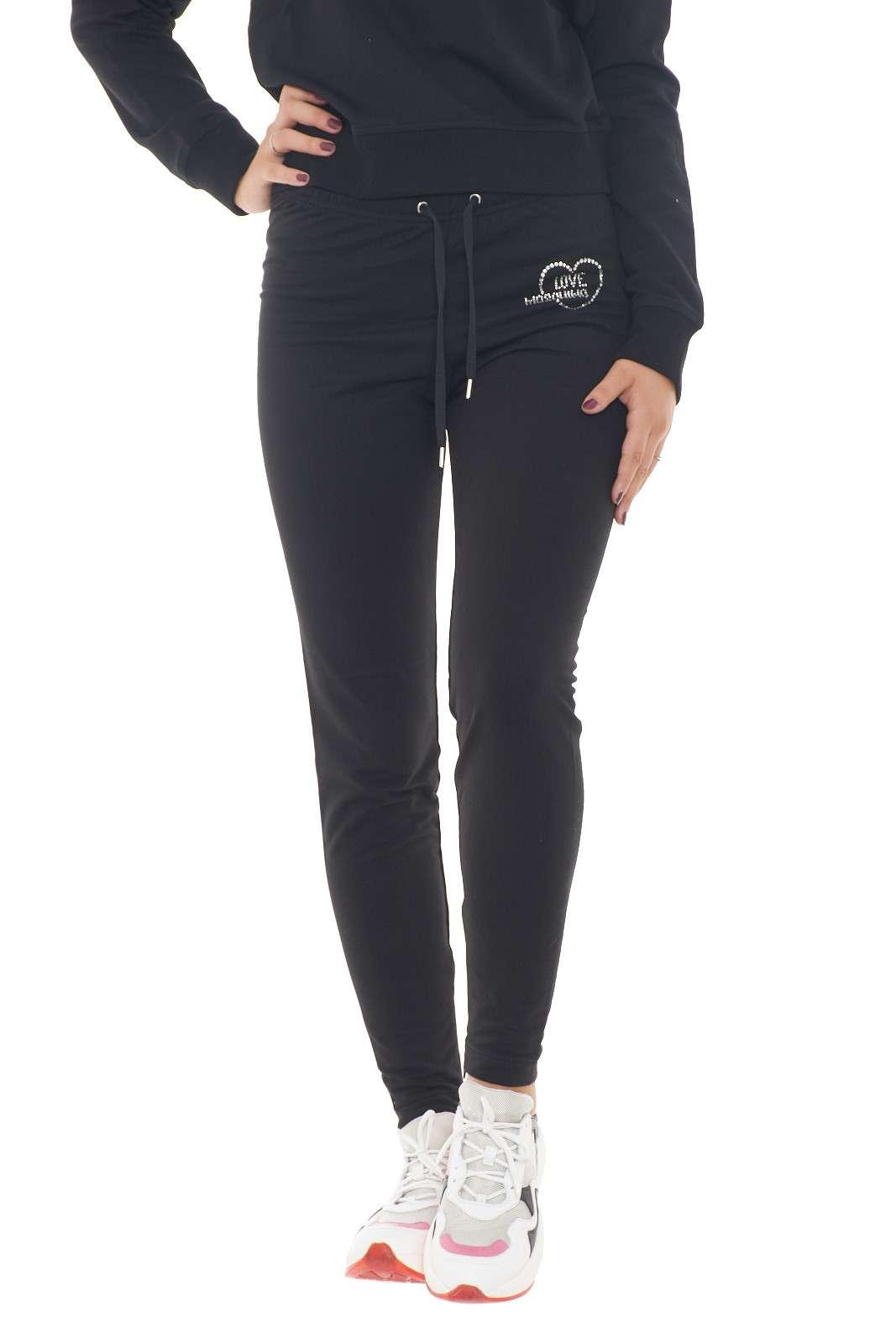 Un pantalone basic ed estremamente comodo quello proposto dalla collection Love Moschino. La coulisse in vita permette di regolare il capo e le zip sul fondo garantiscono comodità su un modello skinny. Da indossare sia con sneakers che con tacchi, è un essential della moda uomo.