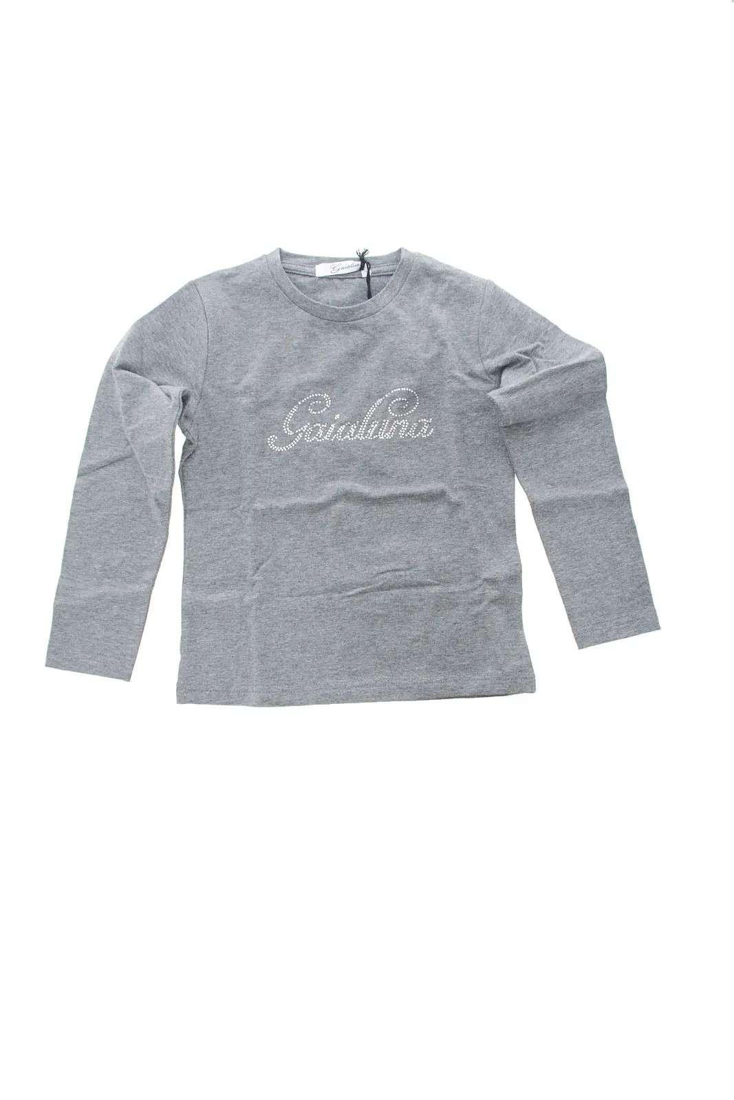 Scopri le nuove T shirt a maniche lunghe proposte dalla collezione bambina Gaialuna Basic. Il tessuto in cotone ed elastan è impreziosito dal logo Gaialuna con strass sul davanti. Perfetta sia da indossare sola che sotto una felpa è un capo trendy ed essential.