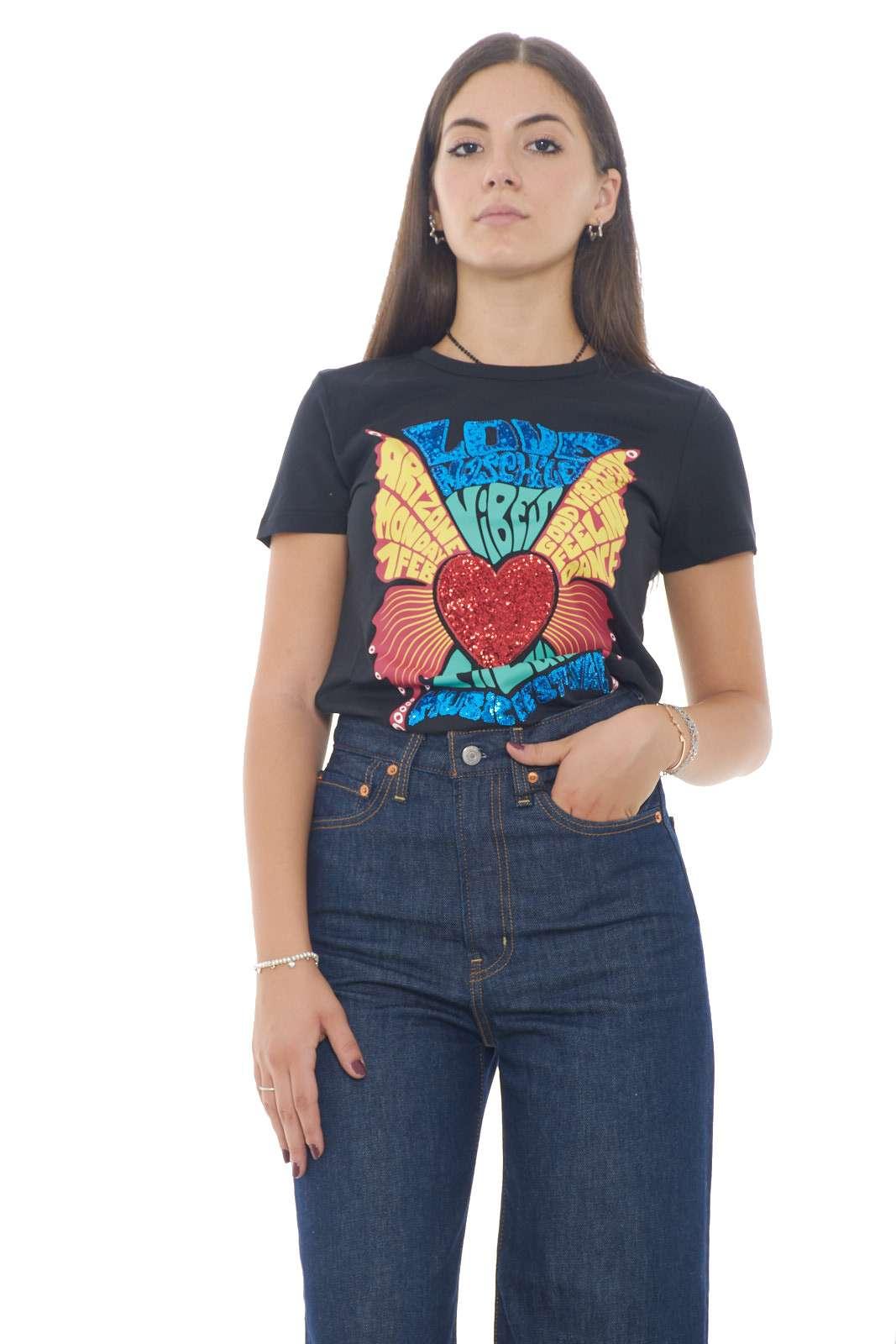 Un vintage revivol per la nuova T shirt firmata dalla collezione Love Moschino. Perfetta per i look più cool è facile da abbinare sia con outfit quotidiani che eleganti. Un capo che si conferma essere un must have ed essere un essential del guardaroba di ogni donna.