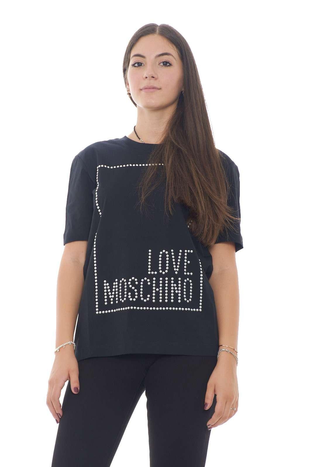 Una T shirt basic ed elegante quella firmata dalla new collection Love Moschino. L'applicazione di borchie a disegnare il marchio la rende perfetta anche per i look più ricercati e sofisticati. Un capo perfetto per ogni stile.