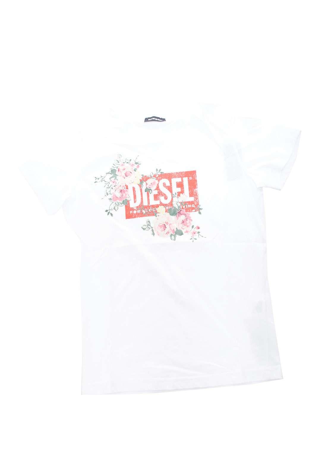 Iconica e trendy la t shirt firmata Diesel, per i più piccoli. La stampa gommata con il logo, è arricchita da una decorazione floreale, per la gioia delle bimbe, rendendo ogni look più glamour.
