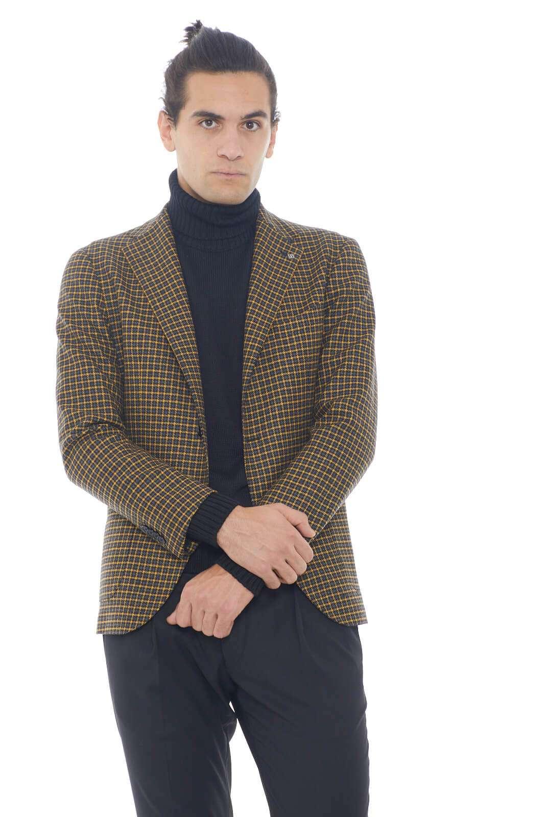 Tutto lo stile Tagliatore per questa giacca in lana dalla fantasia a quadri dai toni caldi. Perfetta da indossare sia con un pantalone dal taglio chino che con un paio di jeans per rendere il look impeccabile in ogni occasione. Il classico collo rever è impreziosito dalla chiusura con due bottoni e dal doppio spacco posteriore.