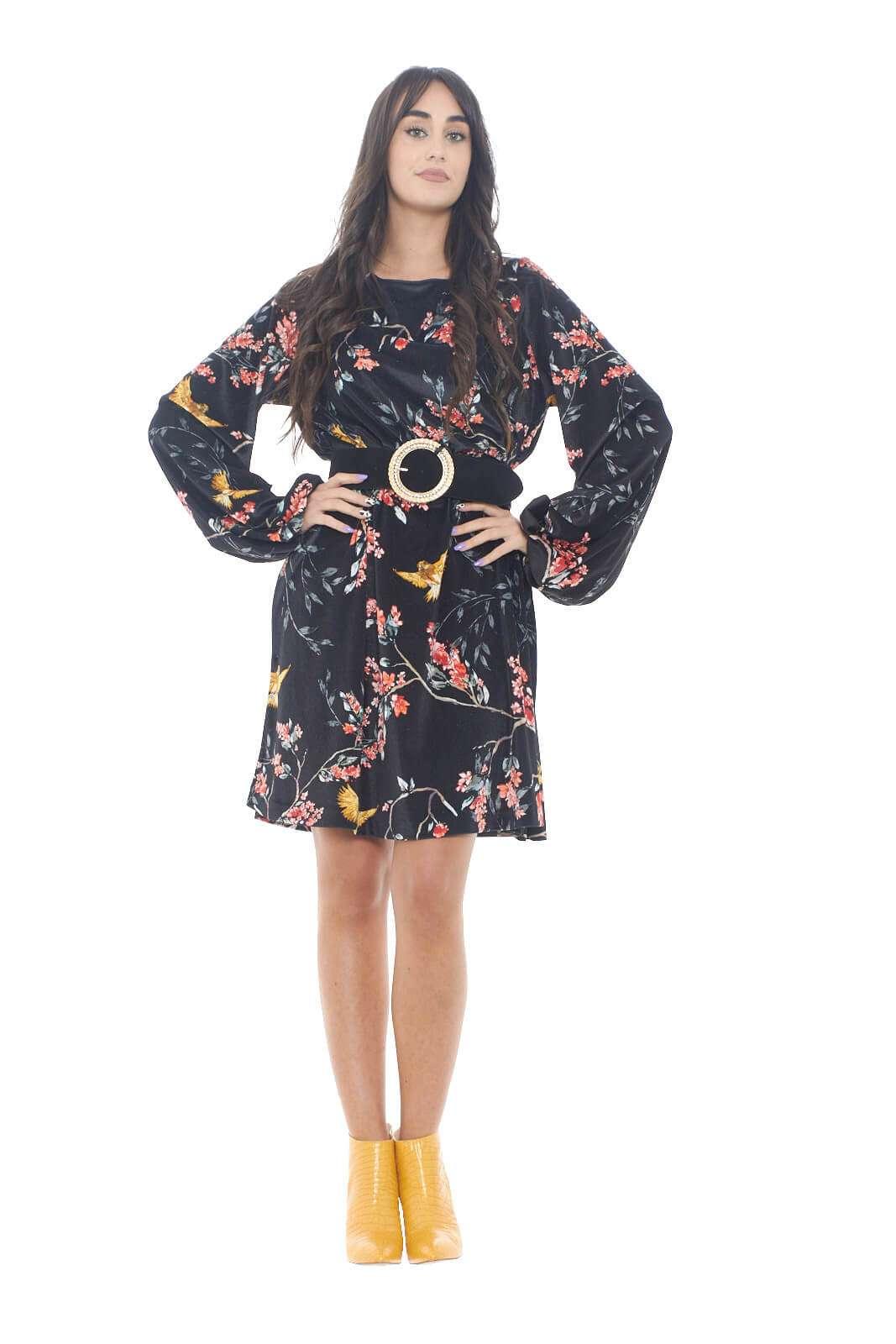 Un abito dal look estremamente femminile quello firmato One. La fantasia floreale contrasta con l'effetto velluto del capo,e regalerà colore e vivacità a tutti i tuoi outfit. Da indossare con una decolletè, semplice, per un abbinamento impeccabile. Per la donna che ama capi chic e ricercati, per qualsiasi evenienza.   La modella è alta 1,78m e indossa la taglia 42.