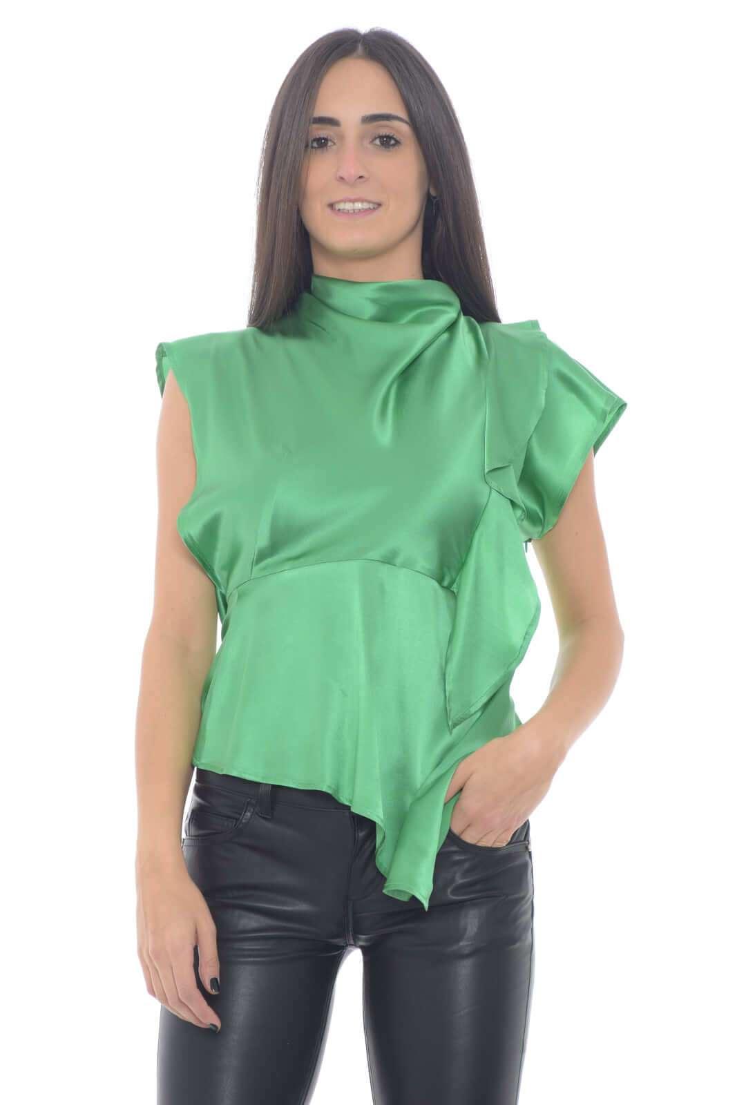Una blusa di seta quella firmata Emma & Gaia, per la donna che ama indossare capi sempre all'ultimo grido. L'ideale per le serate speciali, dove con una gonna, o pantalone, potrai sfoggiare look ricercati e da sogno.  La modella è alta 1,75m e indossa la taglia 40.