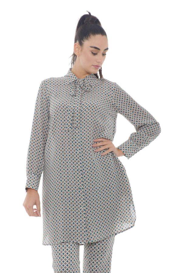 Una maxi camicia da indossare sia con un pantalone che con un leggings la Okra firmata dalla collezione donna Weekend Max Mara. Il tessuto a fantasia geometrico si presenta con colori facile da abbinare con ogni look. Il prezioso tessuto in pura seta è un essential di confort e raffinatezza.