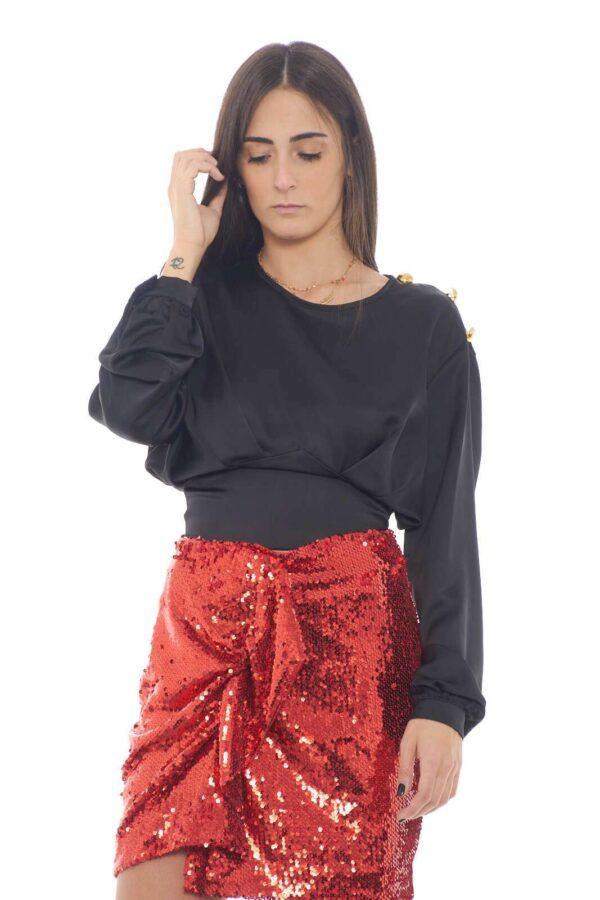 Una blusa femminile, con un look audace e sensuale, grazie alla schiena completamente scoperta e ai bottoni dorati, quella firmata Revise. Realizzata in un misto di lino e cotone, per una vestibilità morbida e leggera.  La modella è alta 1,75m e indossa la taglia XS.