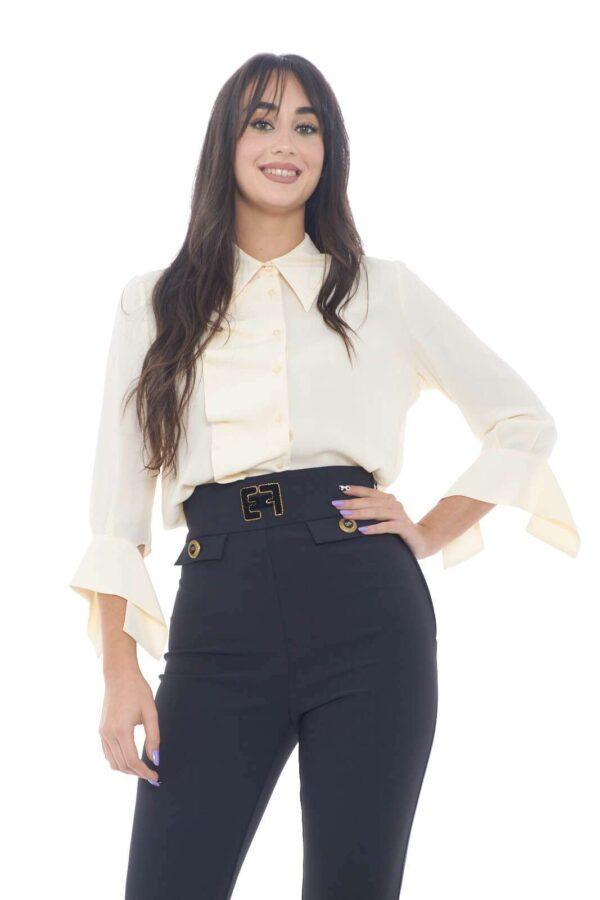 Una camicia dai semplici dettagli e dalla grazia iconica quella proposta dalla new collection Elisabetta Franchi.  Da abbinare con un pantalone a vita alta o con una gonna, realizza ogni tipo di look.  La rouches parziale la rende affascinante e stilosa.