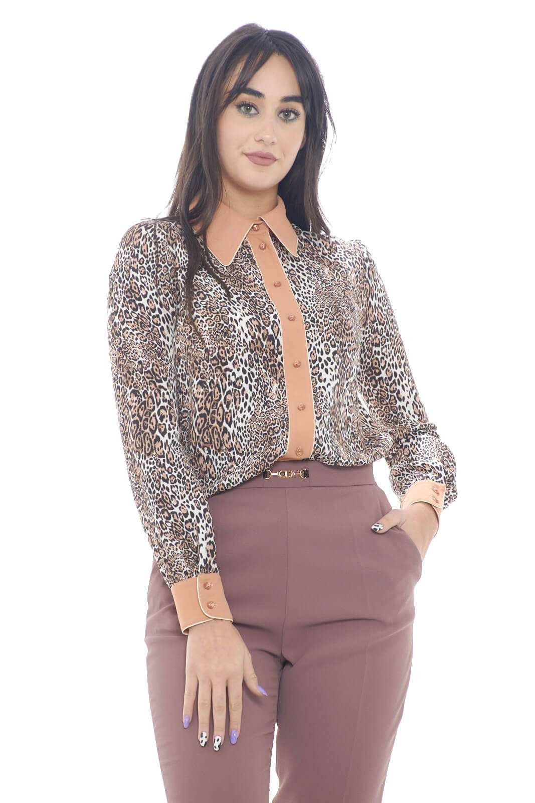 Scopri la nuova camicia proposta per la collezione donna Elisabetta Franchi. Da abbinare con i look più ricercati, è un capo senza tempo. Da indossare sia con un pantalone che con un jeans, la fantasia animalier fa da padrona per un look trendy e raffinato.