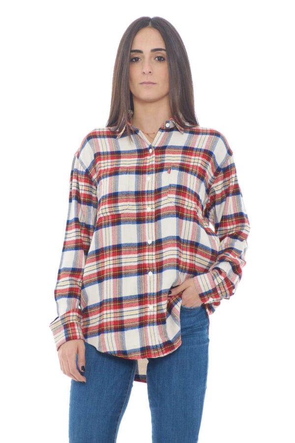 Pratica e versatile, dal look quotidiano e casual la camicia UTILITY firmato Levi's. Facile da abbinare con jeans e pantaloni, per uno stile di tutti i giorni curato e moderno.  La modella è alta 1,75m e indossa la taglia S.
