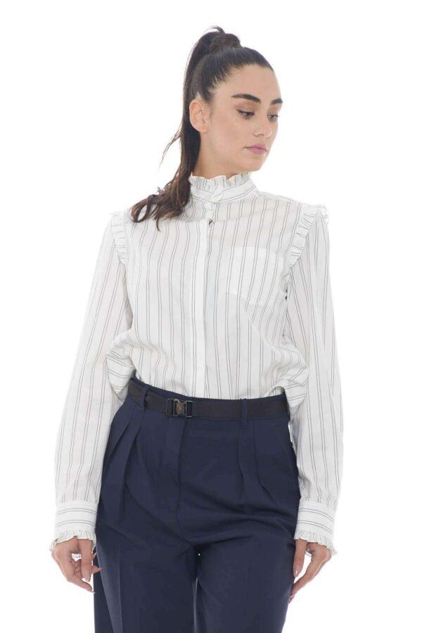 Un essential la camicia donna Bronzo firmata dalla collezione Weekend Max Mara. La vestibilità classica e il collo alla coreana vengono personalizzati da una delicata fantasia rigata e dalle rouches sulle rifiniture. Perfetta come sotto giacca, si impone nel panorama della moda femminile.