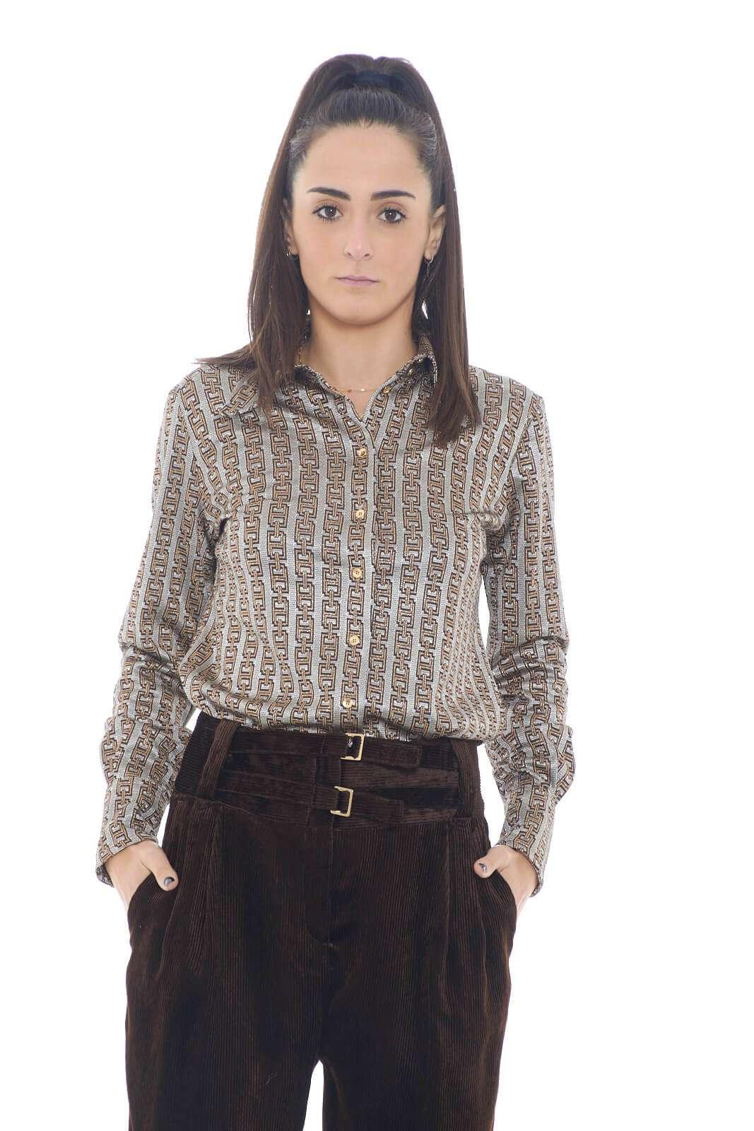 Una camicia dall'iconica fantasia jacquard per la collezione donna Pinko. Da abbinare sia con pantaloni che con gonne, dona un tocco di stile sia a look formali che non. I bottoni oro si abbinano alla stampa catena per un effetto chic.
