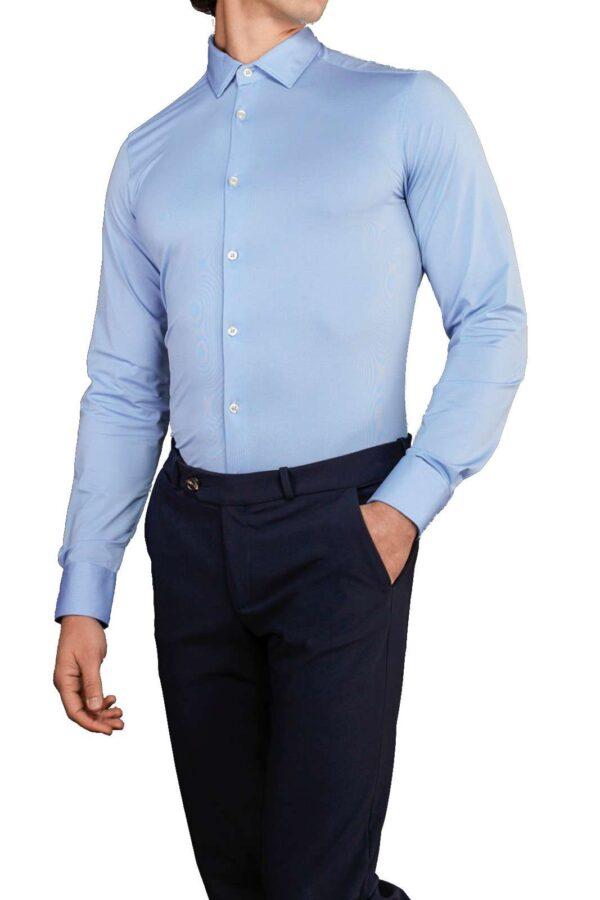 Una camicia dal gusto boho chic per la collezione uomo RRD. Il tessuto tecnico rende questo capo slim estremamente confortevole e adatto sia alle occasioni formali che non. Una micro lavorazione delicata e versatile da renderla adatta sia con una cravatta che senza.