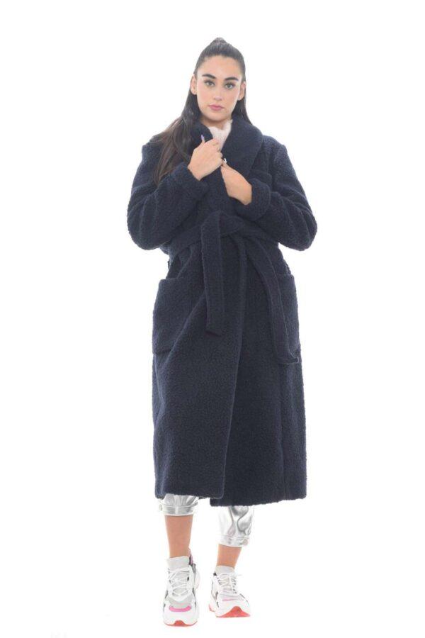 Un cappotto dal look iconico e trendy, proposto da 1961, dove grazie al suo stile unico, donerà ai tuoi outfit un tocco unico. La lana arricciata è un dettaglio glamour e di tendenza, perfetto per questo capo, che si imporrà tra i tuoi abbinamenti preferiti.  La modella è alta 1,78m e indossa la taglia 42.