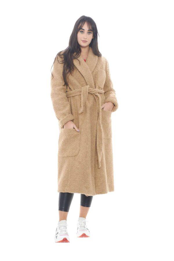 Un cappotto trendy e particolare, quello proposto da 1961, per la stagione invernale. Realizzato in un misto di lana, garantirà prima di tutto calore e comfort, oltre che uno stile fashion, unico ed esclusivo, grazie all'effetto pannolence, e la vistosa patch sulla schiena. Il capo ideale per la donna che ama stupire.  La modella è alta 1,78m e indossa la taglia 46.
