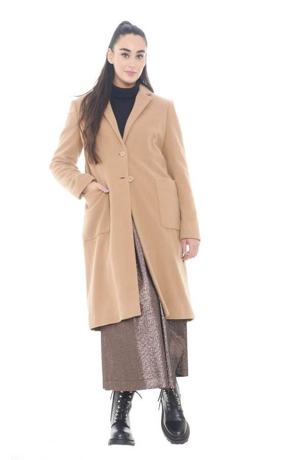 Un icona degli outfit invernali, il cappotto color cammello, per outfit evergreen sempre di tendenza. La lana vergine con cui è realizzata, assicura un calore unico, contro il freddo invernale. Il capospalla perfetto per completare look formali e chic.  La modella è alta 1,78m e indossa la taglia 42.