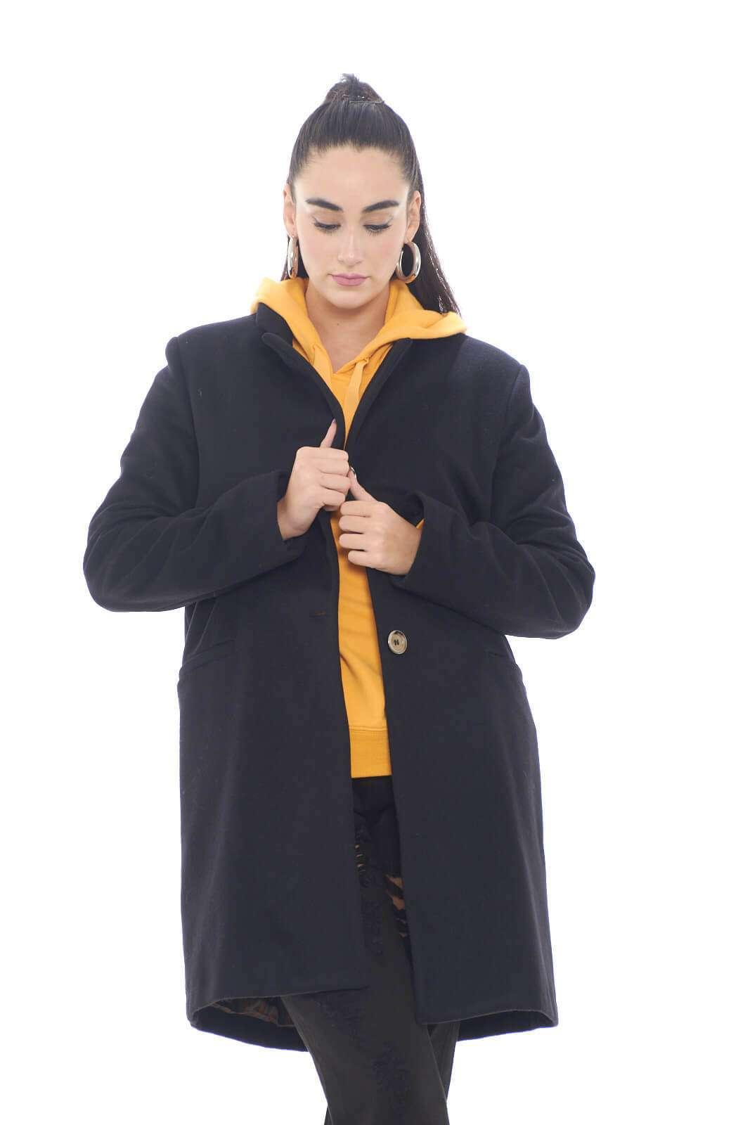 Un cappotto di classe, semplice, ma che nella sua semplicità, garantisce un look chic e attuale. Un'icona del guardaroba invernale maschile e femminile, il cappotto, presentato in un modello senza troppe decorazioni, ma che riuscirà comunque a stupire per il suo stile. Realizzato in lana vergine, assicurerà oltre che un'aspetto esclusivo, comfort e calore.  La mdoella è alta 1,78m e indossa la taglia 42.