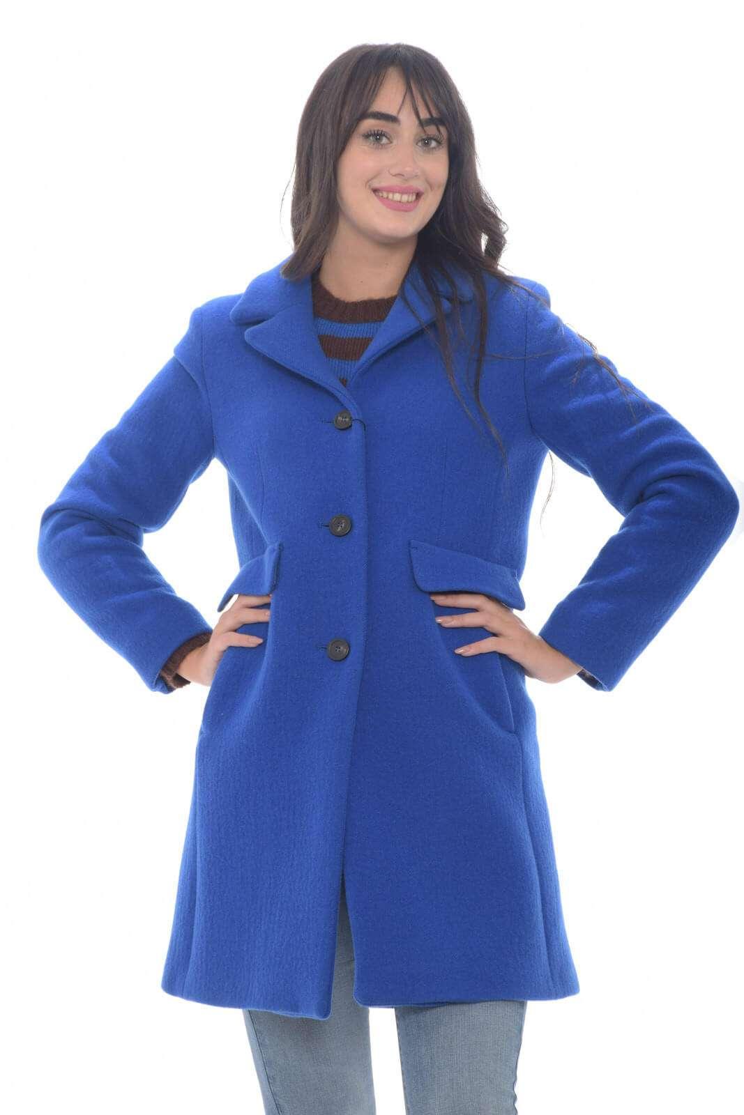Ideale per ogni stile, il cappotto donna proposto dalla collezione Weekend Max Mara si presenta come passe partout per la fredda stagione. Il collo rever e la vestibilità slim si presentano su una colorazione tinta unita perfetta da indossare sia con jeans che con abiti. Un essential della nuova stagione.
