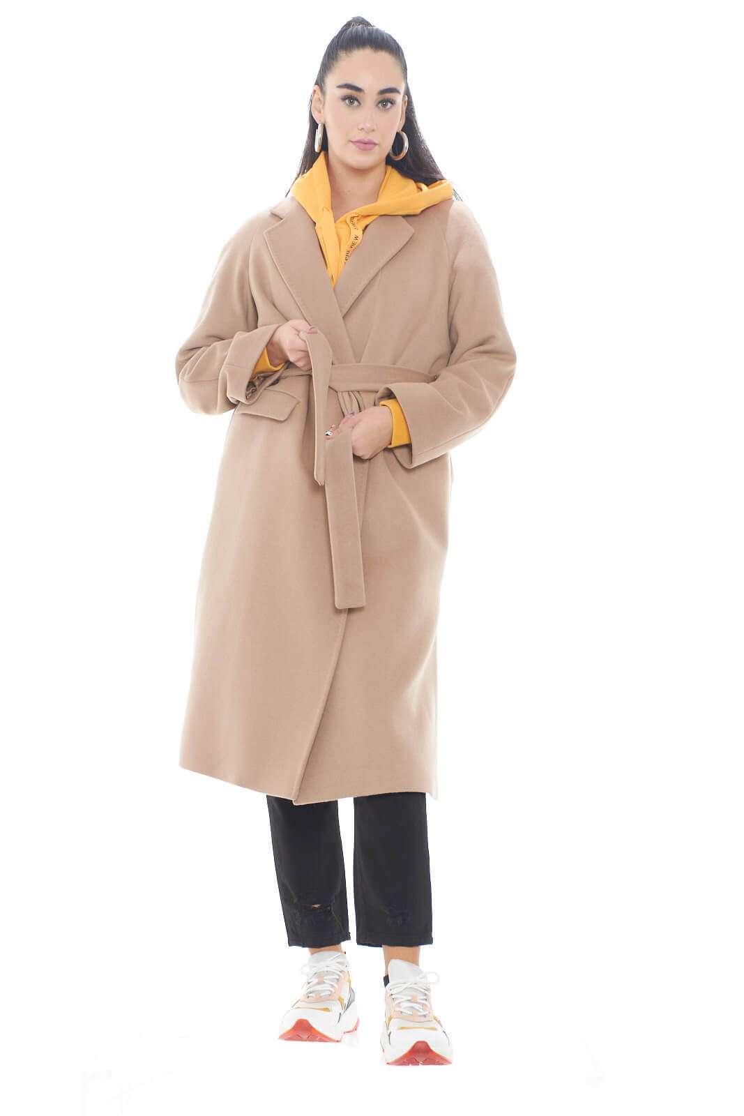 Un cappotto dal look classico e intramontabile, perfetto per uno stile evergreen, quello firmato One. Realizzato in lana vergine, per assicurare comfort e protezione dal freddo invernale, sarà il tocco finale perfetto per ogni outfit, formale e non.  La modella è alta 1,78m e indossala taglia 42.