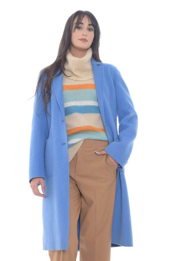 Un cappotto in lana dal taglio classico quello proposto dalla collezione donna Luis Civit. La chiusura con due bottoni e il doppio spacco posteriore ne esaltano la linea per un risultato impeccabile. Da indossare sia con look eleganti che casual è un essential della fredda stagione.