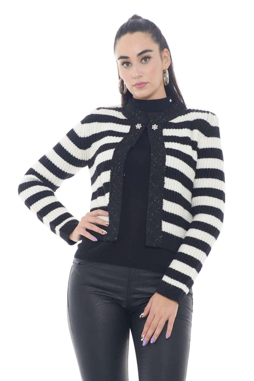 Cardigan semplice de elegante, quello firmato Liu Jo, perfetto per le occasioni più chic e formali. Ideale da indossare sopra a bluse o camicie, per outfit raffinati e glamour, sempre impeccabili.  La modella è alta 1,78m e indossa la taglia S.