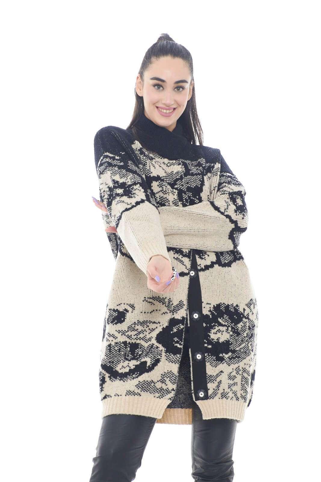 Un'icona di stile per il cappotto proposto firmato dalla collezione autunno inverno di Twinset Milano. Il tessuto in maglia e la fantasia jacquard caratterizzano il look per un effetto metropolitano. D a indossare con un pantalone in pelle o un jeans è adatto sia con stivali che sneakers.