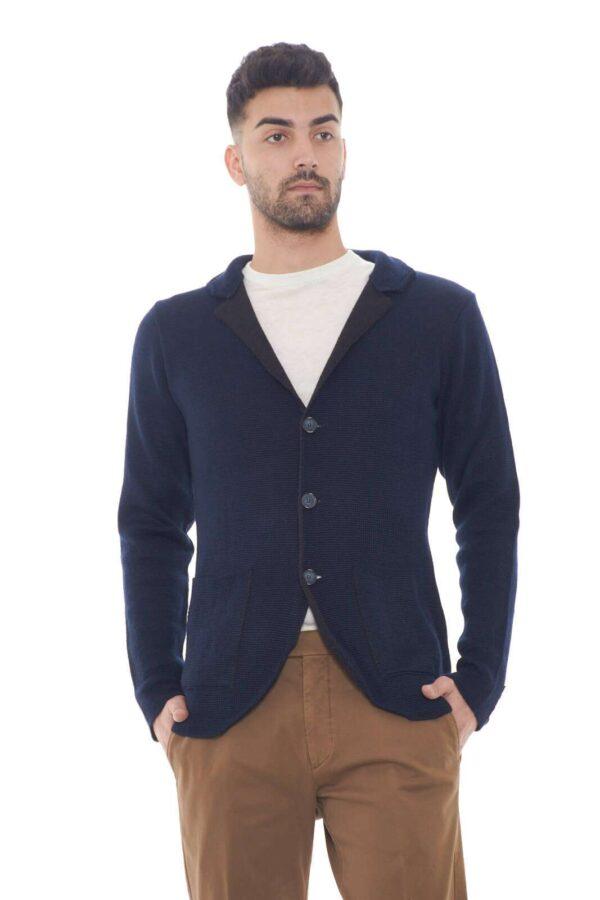 Cardigan in lana merino, caldo e confortevole, perfetto per look quotidiani,chic e raffinati. Facile da abbinare a t shirt e maglioncini, o camicie,per outfit che svarieranno dal casual all'elegante.  Il modello è alto 1,80m e indossa la taglia M.