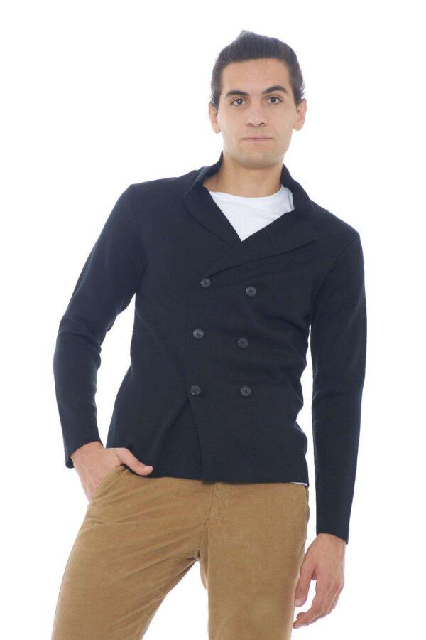 Una giacca che conquista con la sua semplicità. Composta da un misto di lana e acrilico, regalerà un tocco casual e raffinato ad ogni outfit.  Il modello è alto 1,90m e indossa la taglia XL.