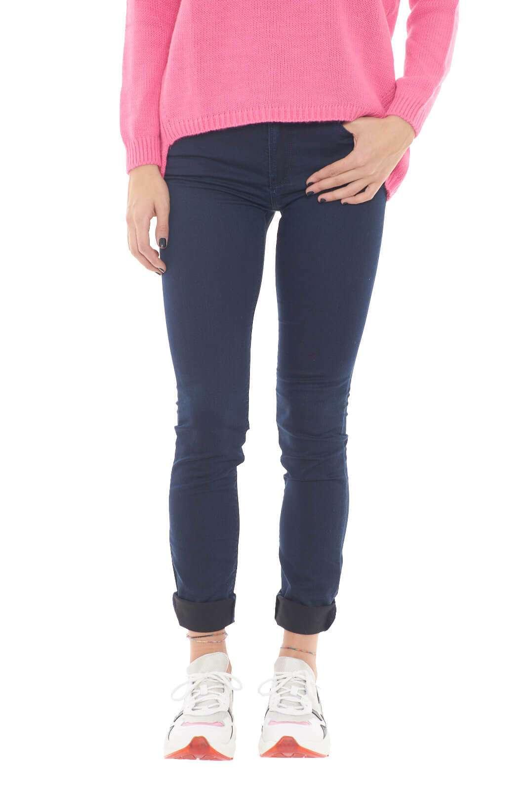Un jeans giovanile, alla moda quello proposto da Armani Jeans, per la donna che ama look trendy e sempre alla moda. La vestibilità slim regala una silhouette asciutta, mentre il lavaggio scuro permette abbinamenti classici e non, con maglioni, t shirt o bluse, per un outfit che non vuole lasciare nulla al caso.  La modella è alta 1,78m e indossa la taglia 26.