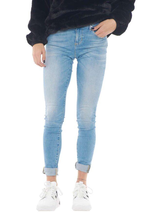 Stile e praticità, per questo jeans skinny firmato Guess. Perfetto per outfit audaci, che vogliono farsi notare, grazie alla sua vestibilità e la lavaggio chiaro, che permettono abbinamenti in contrasto davvero unici.  La modella è alta 1,78m e indossa la taglia 25.