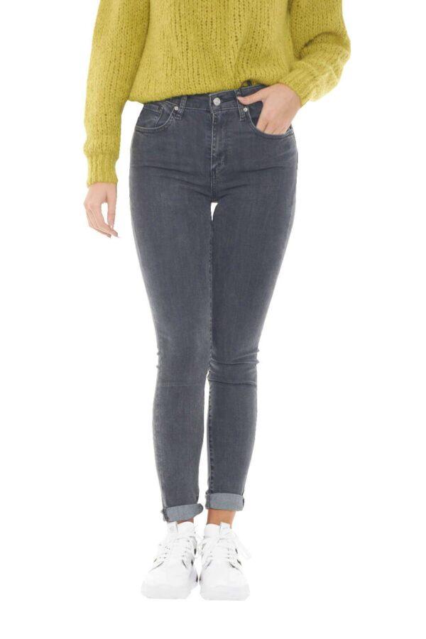 Scopri il nuovo jeans 721 proposto per la collezione donna Levi's. La vita alta e la vestibilità skinny si impongono su un lavaggio ad effetto leggermente used. Un'icona della moda donna replicata in tanti nuovi colori per rendere indimenticabile ogni outfit.