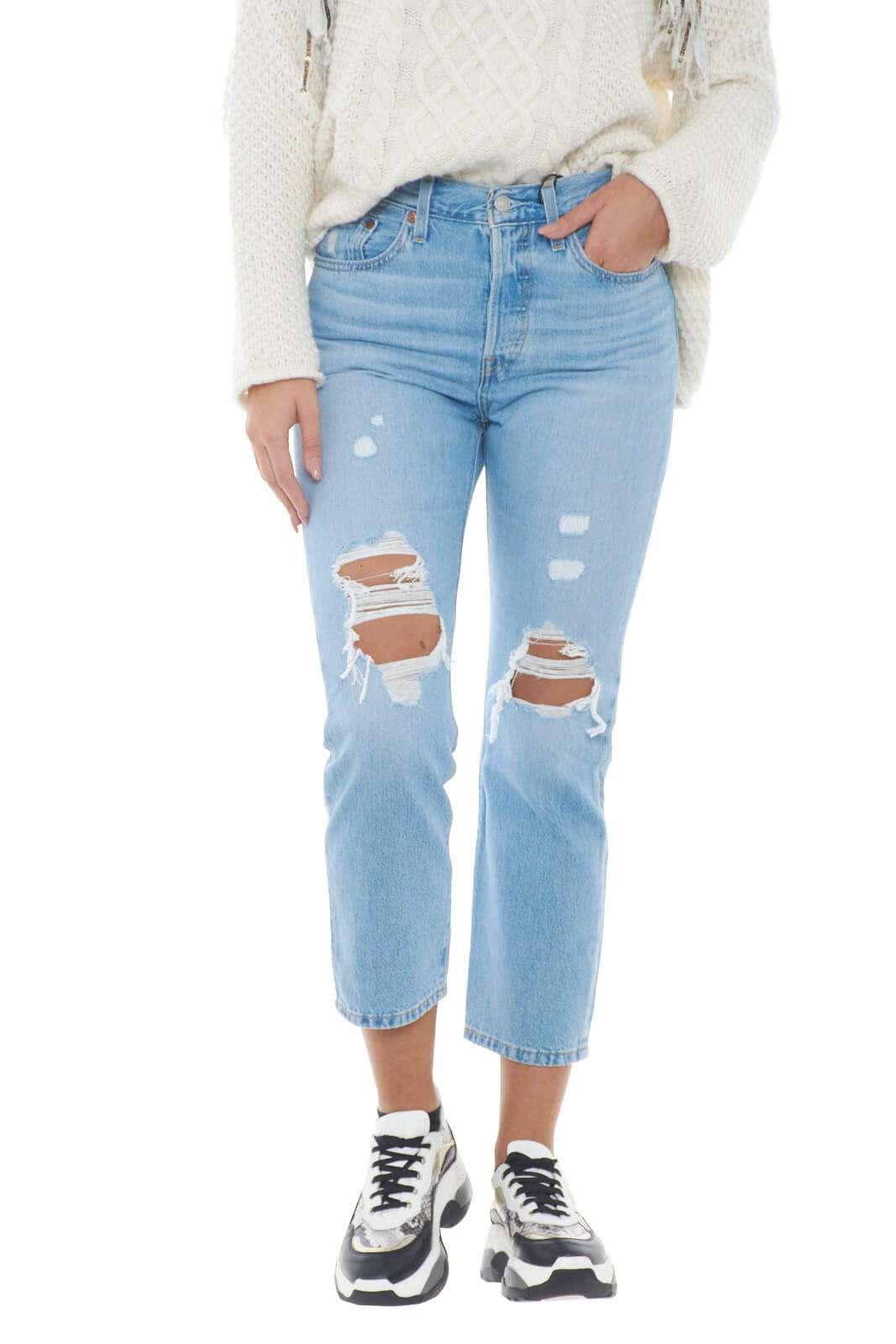 Un jeans moderno, e dal look urban il modello 501 firmato Levi's. Il taglio cropped e gli strappi lo rendono iconico e alla moda, al passo con tutte le tendenze del momento. Adatto ad ogni tipo di abbinamento, per outfit sempre in movimento.  La modella è alta 1,78m e indossa la taglia 28.