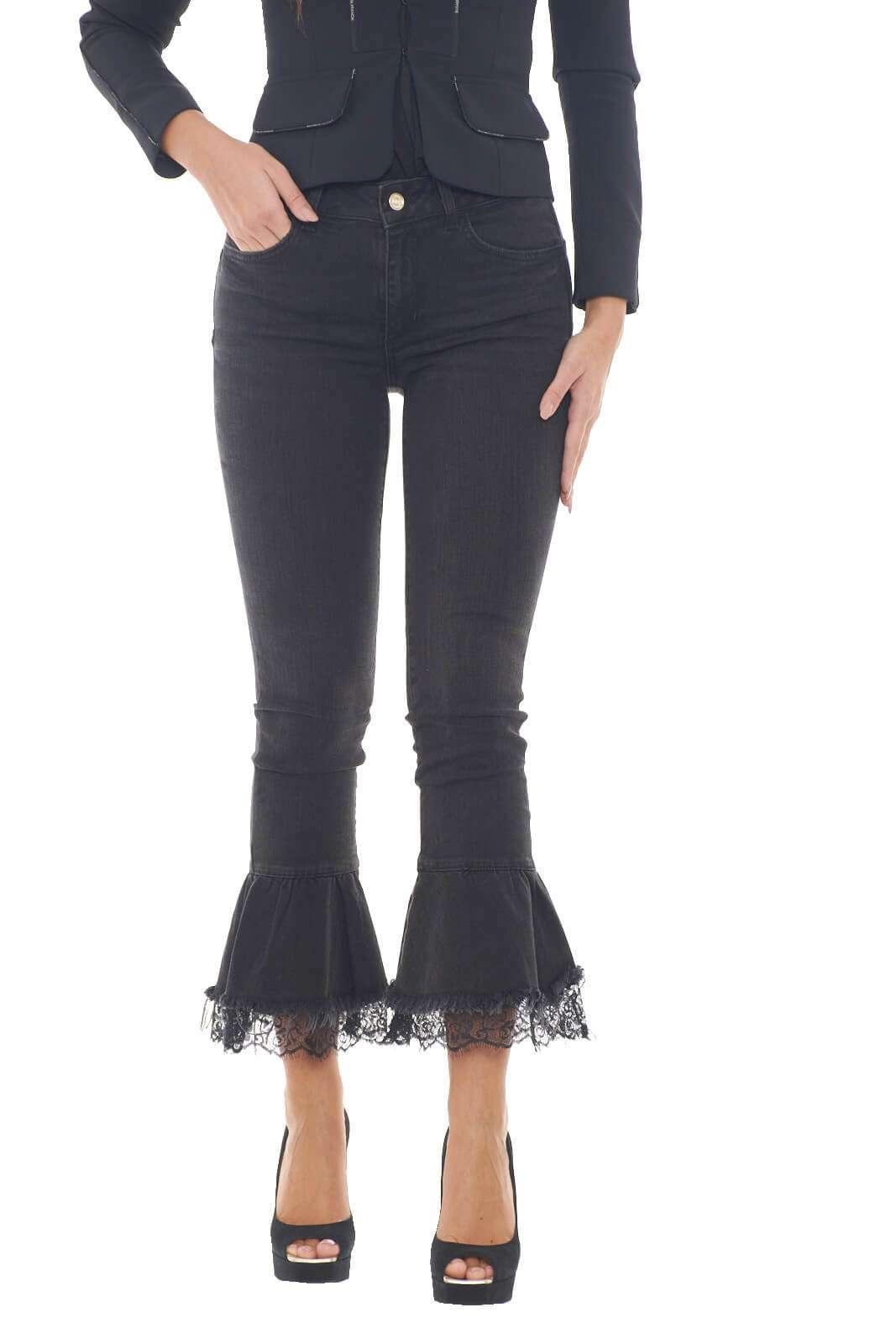 Un jeans per la donna che ama sorprendere con i suoi outfit. Quello firmato Liu Jo, è caratterizzato dalle rouches sul fondo, con gli inserti in pizzo applicati, che regalano un tocco estremamente chic. Perfetto da abbinare a tacchi alti, per slanciare l'intera silhouette.  La modella è alta 1,78m e indossa la taglia 28.