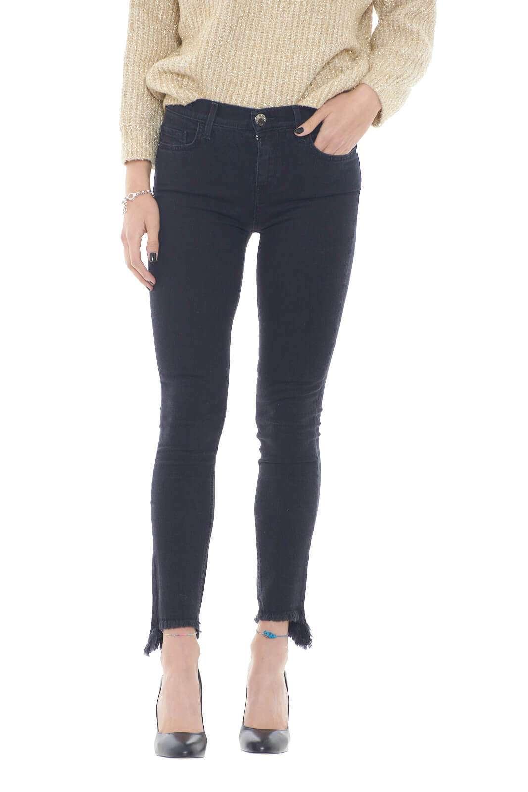 Un jeans skinny dal lavaggio pulito quello proposto dalla collezione donna Pinko.  Da abbinare ad ogni look si impone grazie al fondo asimmetrico sfrangiato.  Perfetto con una blusa elegante che con una maglia completa ogni look.