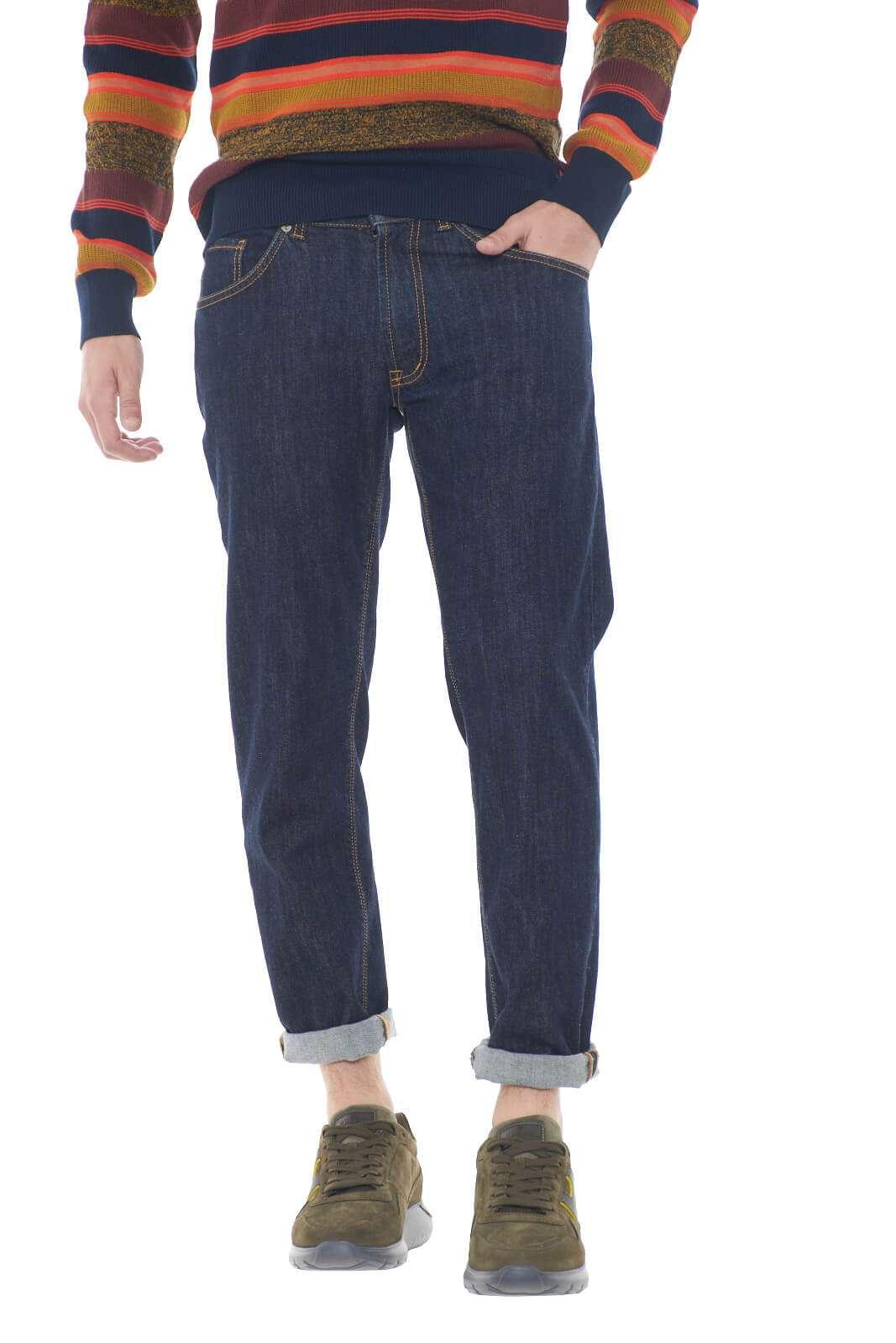 Semplice e curato il denim DAVID1000W firmato MCDenimerie. Dal look essenziale, perfetto per le occasioni quotidiane, dove abbinato ad un semplice maglione, ti consentirà di sfoggiare un outfit alla moda.  Il modello è alto 1,80m e indossa la taglia 32.