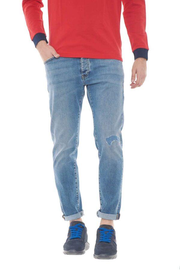 Un jeans che regalerà ad ogni outfit un tocco chic e di tendenza, perfetto per l'uomo che ama la cura del proprio look. Il lavaggio chiaro, e gli strappi lo rendono urban, giovanile, adatto ad ogni abbinamento, dalle t shirt alle camicie, fino ai maglioni, per stile sempre diversi.  Il modello è alto 1,80m e indossa la taglia 35.